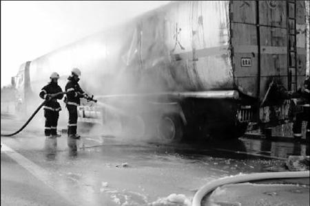 锦州消防古塔中队和凌河中队的消防员在扑灭燃烧