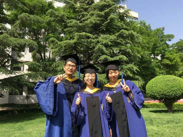 祝贺三位硕士研究生顺利毕业