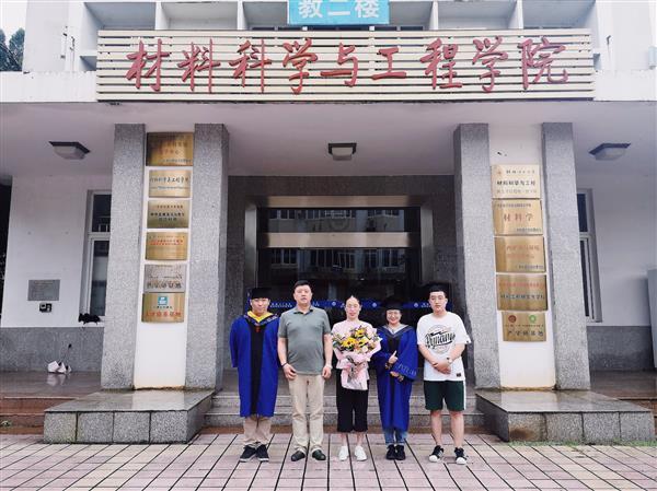 热烈祝贺蓝嘉昕、郭路路同学毕业!