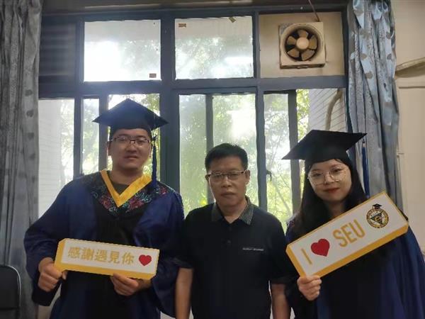 祝贺:江周宇、王萌同学毕业